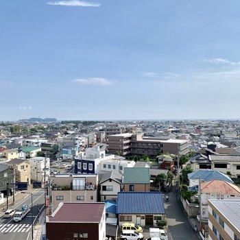 遠くに江ノ島が見えますね。