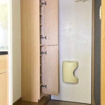 シューズボックスは1段1足サイズ。隣に冷蔵庫置けます。