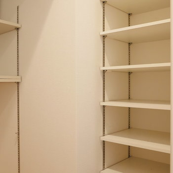 【下階】手前の棚に、靴を並べる感じですかね。