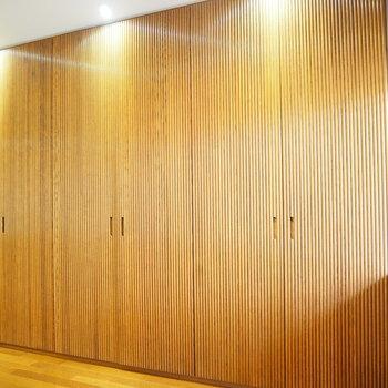 なんと、廊下の壁一面には大きな収納スペースがあります。