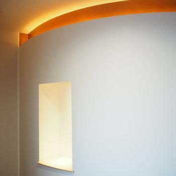 玄関扉の正面には飾り棚が。上部のライトも素敵です。