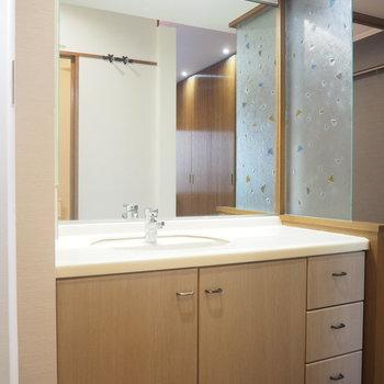 おおきな独立洗面台です。ガラスの模様が可愛いんです!