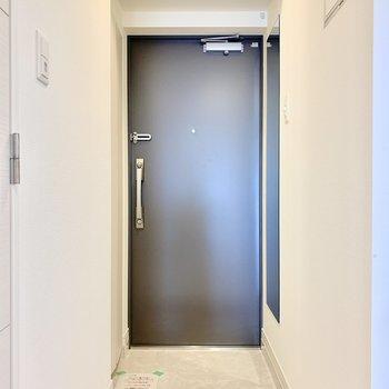 玄関横に鏡も付いていますよ。 ※写真は5階の同間取り別部屋のものです
