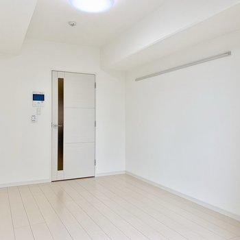 こちらの壁にはアクセントクロス。 ※写真は5階の同間取り別部屋のものです