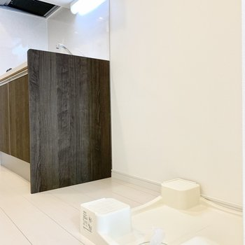 洗濯機は冷蔵庫の隣に。 ※写真は5階の同間取り別部屋のものです