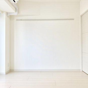 こちらの面はピクチャーレール。 ※写真は5階の同間取り別部屋のものです