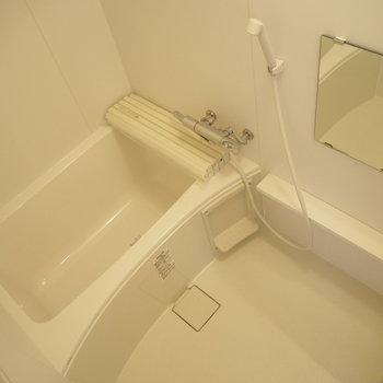 お風呂です。嬉しいラック付き!