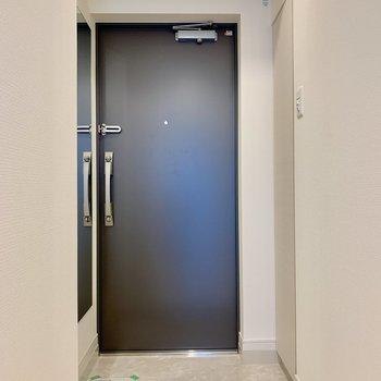 玄関横には鏡も付いています。※写真は5階の同間取り別部屋のものです