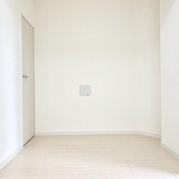 ベッドは右手に縦に置くのが良さそう。 ※写真は5階の同間取り別部屋のものです