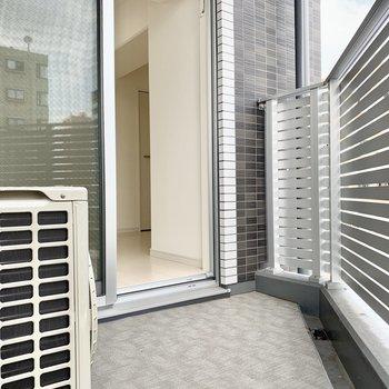 バルコニースペースは三角形。 ※写真は5階の同間取り別部屋のものです
