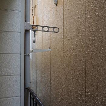 建物の隙間に洗濯物を干すことができます!眺望は残念…