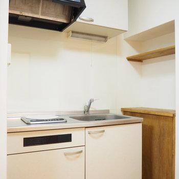 キッチン横には木の棚がついています。何かと便利そうです。