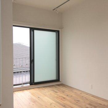 コンパクトなお部屋ながら、窓が開放的なので、窮屈さはあまり感じません。