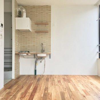 スタイリッシュなキッチン。右側に冷蔵庫を。