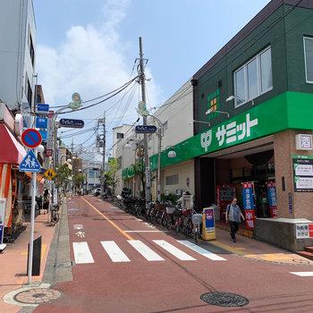 駅周辺には、ライラック通り商店街があります。