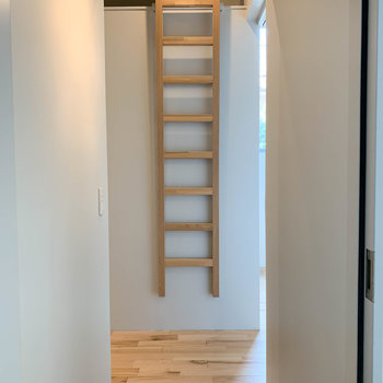 玄関前にロフトの階段。