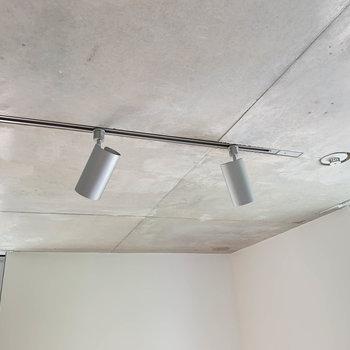 【ディテール】天井はコンクリ打ちっ放し。