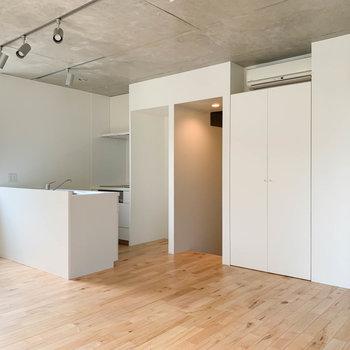 【LDK】キッチンや収納なども白で洗練された印象。