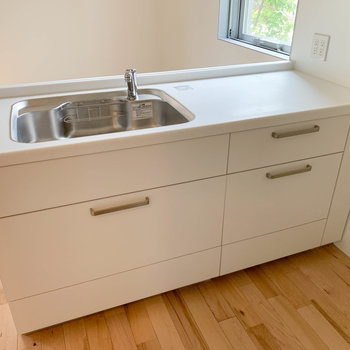 【LDK】作業スペースも広い洗い場。コンセントも4口付いています。