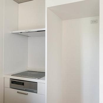 【LDK】コンロの隣に冷蔵庫置き場。