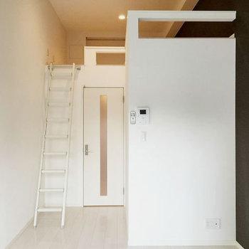 アクセントクロスがかっこいい。シンプルな空間です。(※写真は1階の反転間取り別部屋のものです)