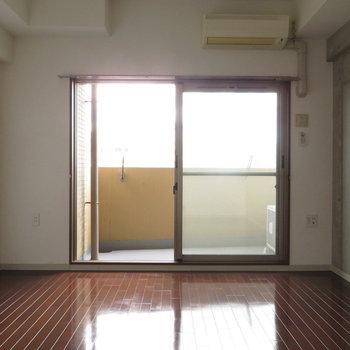 窓も大きめ※写真は8階の反転間取り別部屋のものです。