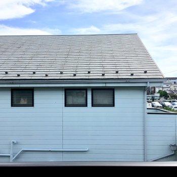 目の前のお家の色が可愛い。