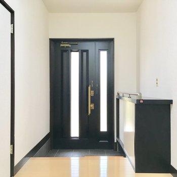 玄関は打って変わって、シックな雰囲気。