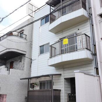 3階建マンションの1階のお部屋です。