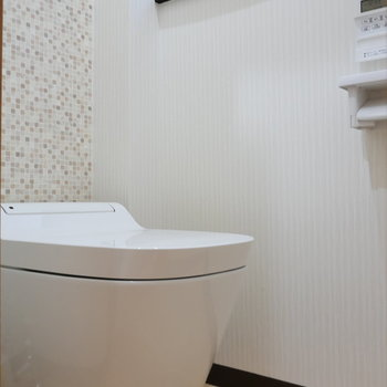 タンクレスだ! トイレに小窓嬉しい。