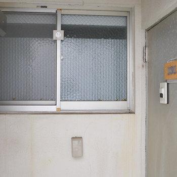 お風呂の窓を開くと、玄関部。