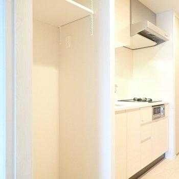 冷蔵庫置き場がしっかり囲われています。(※写真は10階の同間取り別部屋のものです)