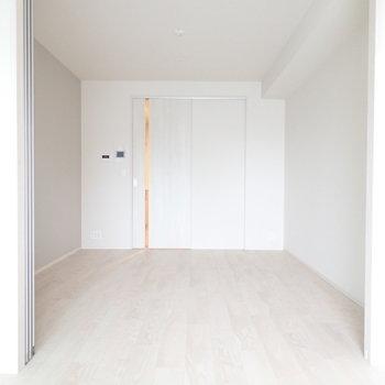 淡いトーンの室内。(※写真は10階の同間取り別部屋のものです)