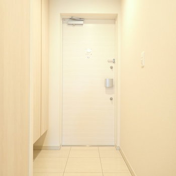 玄関広いです。そしてシューズボックスがふたつも!(※写真は10階の同間取り別部屋のものです)