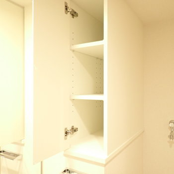 洗剤などを置ける収納があります。(※写真は10階の同間取り別部屋のものです)