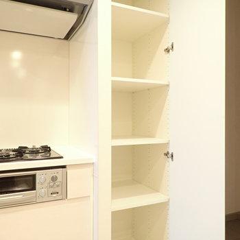 調味料などを収納できる場所gあります。(※写真は10階の同間取り別部屋のものです)