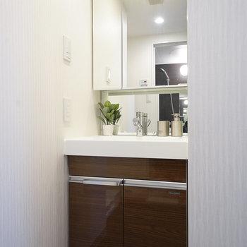 独立洗面台ももちろん付いてます ※写真は6階の同間取り別部屋のものです
