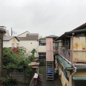 ベランダからはトタンのお家が。周りは閑静な住宅街です。