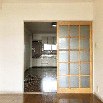【洋室】ガラスの引き戸でキッチンと仕切ることができます。