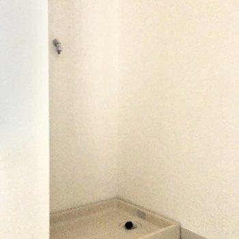 洗面台の背面に洗濯機置場があります。※写真は通電前・一部フラッシュを使って撮影しています。