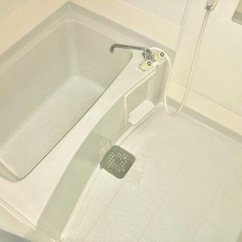 お風呂は肩までゆっくり浸かることができそう。※写真は通電前・一部フラッシュを使って撮影しています。