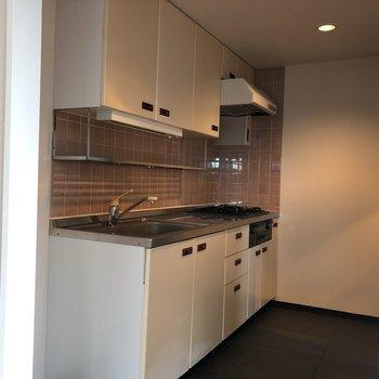 キッチンはワゴンを置いてもスペースがあまるほど広々。