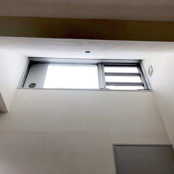 【洋室】ごろんと寝転ぶと上部にも窓が。