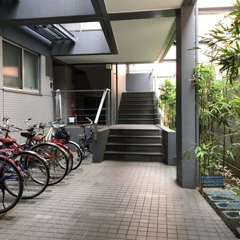 広い共用部には自転車置き場もあります。