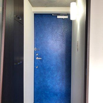 ドアも深海のような青さ。