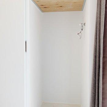 【2F】2階には洗濯機置場と収納があります。