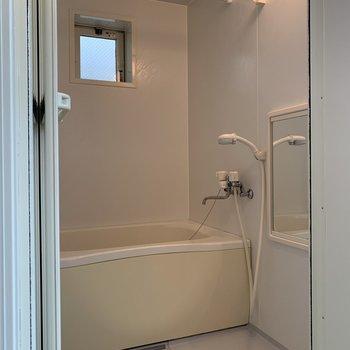 お風呂に小窓が!空気の入れ替えできますね※写真は前回募集時のものです