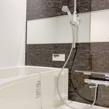 【1F】お風呂は広めで長風呂をしてしまいそう。