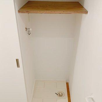 【1F】階段横に洗濯機置場があります。
