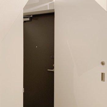 玄関。扉の形が五角形です。